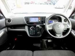 ディーラーオプションのメモリーナビ・ETC・オ-トエアコン・インテリジェントキ-等を装備する運転席まわり。