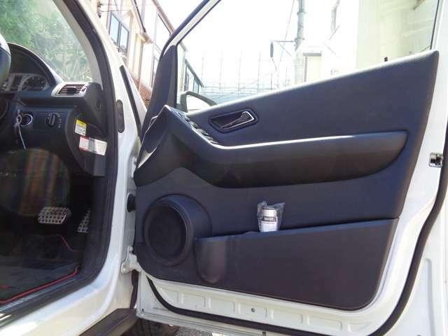 インテリアカラー同様のブラックラインデザインに、オフブラックのコンビスクエアーデザインのインテリア。内張り下にはカップホルダーやスピーカー小物収納スペースを装備。まとまりのあるメルセデスデザイン限定車