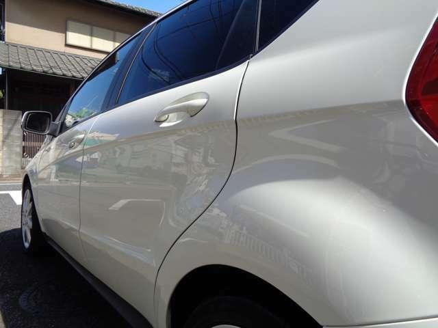 凹みや傷も無く綺麗で清潔感のある清楚なカルサイトホワイト新車時の艶やかな光沢を放つ鏡面仕上げのホワイトボディ。コンパクトスタイル1オーナ禁煙7.2万Km御試乗・ご来店をスタッフ一同お待ちしております。