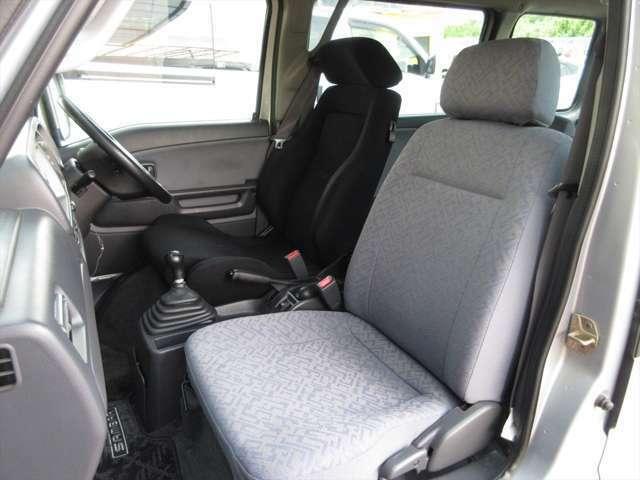 フロントシート、綺麗な状態です。目立つようなシミや気になるような匂いはありません。運転席シートはレカロシートに交換されています。