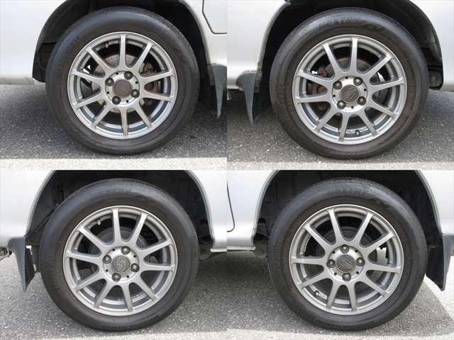 純正アルミホイールが装着されています。タイヤブランドは、ブリヂストンです。タイヤサイズは、175/60R14です。残り溝はフロントが4mm、リアが5mmです。