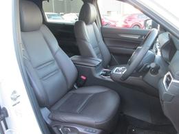 フロントシートにはシートの熱のこもりを吸い出し、暑い季節でも快適なドライブを実現するシートベンチレーション機能と、電動シート、前後席にシートヒーターが付いています!