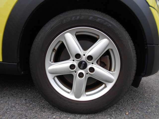 ホイールには純正の16インチが装着されており、多少の傷はありますが、全体的に綺麗な状態です。タイヤは2011年式のものが装着されておりますので、整備時にリフレッシュするのもありです!