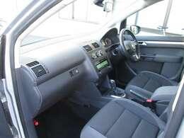 見晴らしよく運転しやすい☆膝の裏に吸い付くようなフィット感のあるシートが◎です♪サイド・カーテンエアバックまで装備され後席まで安全に守ってくれます。天張りの弛みもございません☆