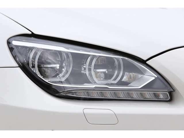 ヘッドライトはアダプティブLEDライトが標準で備わります。