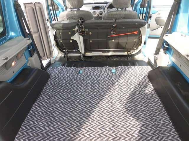 リヤシートを畳むと広々荷室、自転車だって積めちゃいます。