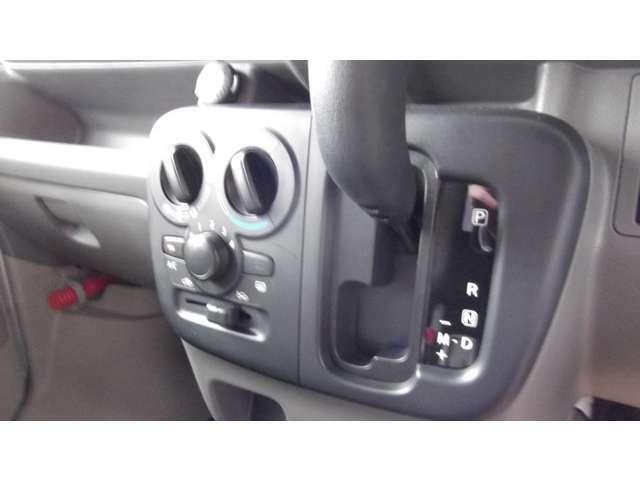 マニュアルエアコンを装備、細かな空調が可能です。