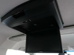 天井には、【BIGX10型フリップダウンモニター】も装備されております♪お子様など、ロングドライブでも退屈せず楽しくお過ごしいただけます。
