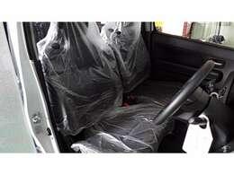 運転席と助手席しーとになります。シートにはビニールがかかったままです。