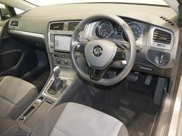 上質なレザーステアリングは、手になじみ快適な運転を可能にします。