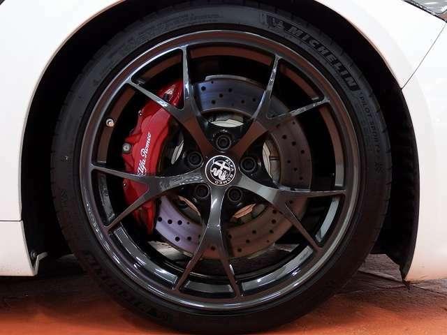 ★カルボニオ専用のダークグレー仕上げ鍛造19インチアルミホイールは大きなガリキズも無く、タイヤ溝は充分以上となっております。