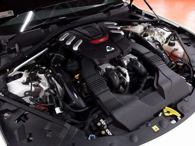 レースモードを選択して初めて4本のエキゾーストが解放され、V6エンジンのサウンドをフルに味わえます。