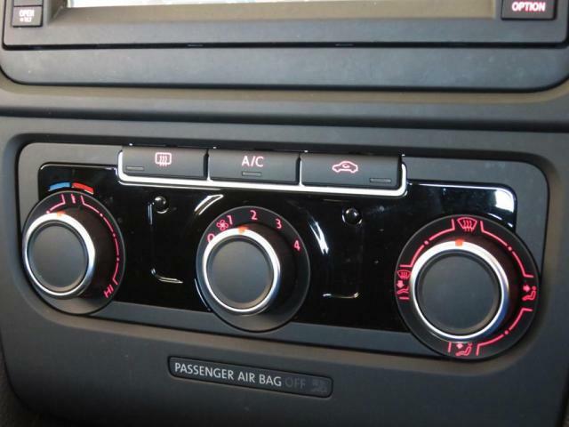 シンプルで使いやすいマニュアルエアコンを装備。