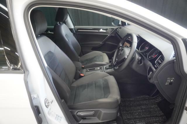 上質なシートは滑りにくく、またホールド性に優れ長時間の運転でも疲れにくい設計になっております。