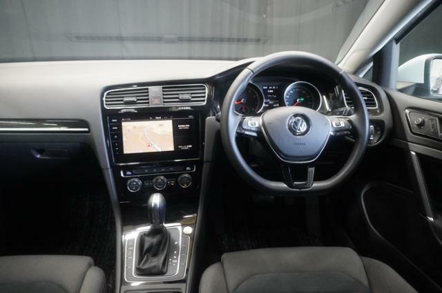 視界良好で、どなたでも運転しやすいインテリアとなっております。