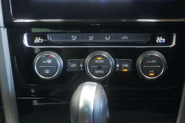 2ゾーンフルオートエアコン搭載、左右でそれぞれ温度調節ができ、運転席助手席それぞれ快適な温度でドライブできます♪。