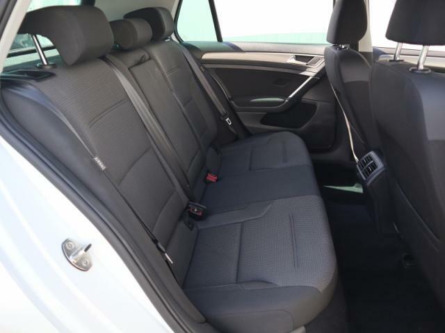 リヤシートは見た目以上に足元のゆとりがあり、長時間お座りいただいても疲れにくいシートです。