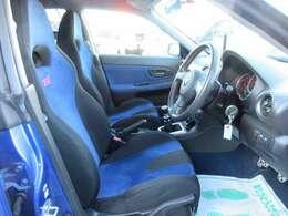 STI専用スポーツシート付き♪ 見た目も座り心地グットです♪目立つ汚れなどもなく綺麗なコンディションです♪