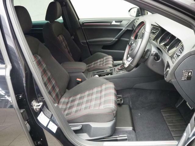 GTI専用のタータンチェック柄のシートになります。スポーツシートで長距離運転も快適です。