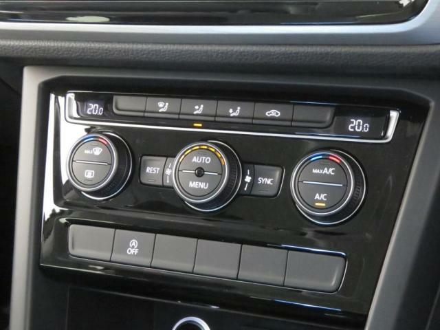【AC】3ゾーンフルオートエアコンディショナー:運転席と助手席、そして後席をそれぞれ温度設定が可能。センサーが排気ガスなどを検知すると、自動で外気導入から内気循環機能付。