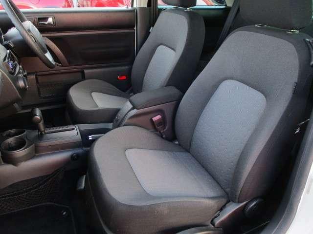 運転席・助手席共にシートに焦げ穴やキレ等もなくキレイな状態です♪クッション性も良く座り心地も良好です♪助手席にもシートリフター機能もございます♪汚れがちなフットマットもキレイな状態です♪