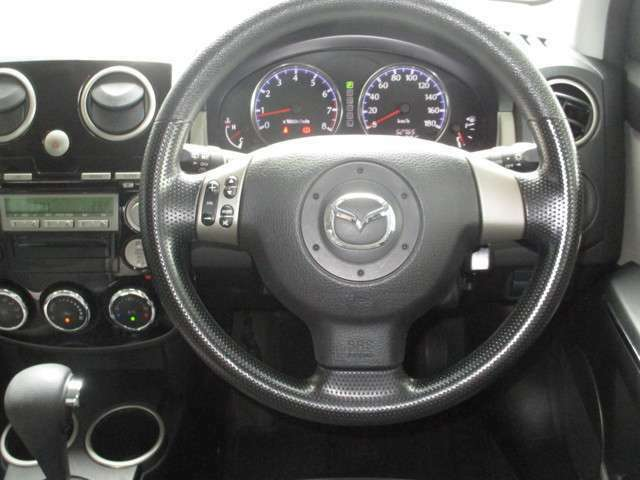 ☆ステアリングには左側にオーディオコントロールスイッチが付いています。運転中に視線を大きく外さなくても操作できるので慣れると便利です♪