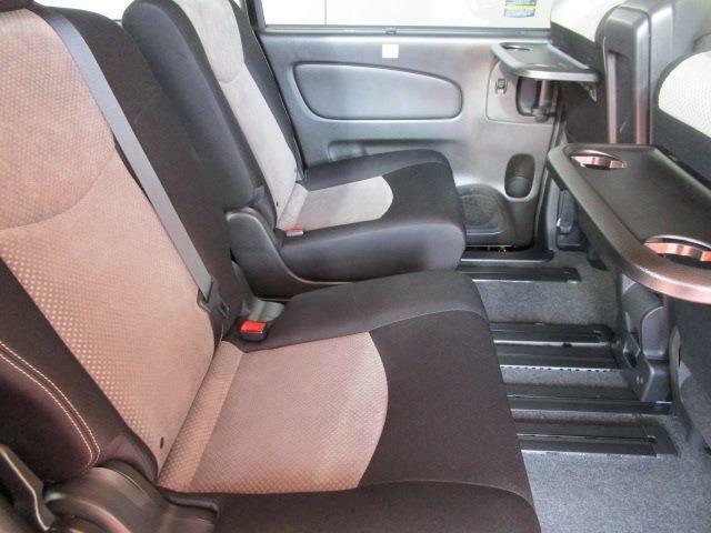 セカンドシートもこの通り本当に綺麗です!センターアームレストがとっても便利!さらにドリンクホルダーにもなるセンターコンソールボックスにも!マルチセンターシートをスライドさせればウォークスルーに早変