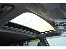 ■メーカーオプションの電動ムーンルーフを装備しており、車内に心地いい開放感を与えてくれます。