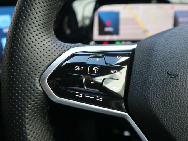 アダプティブクルーズコントロール「ACC」(全車速追従機能付)。設定した速度を上限に自動で加減速し、一定の車間距離を保つことでロングドライブの疲労を軽減します。