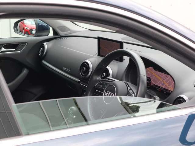 隣の車からはこのように見られています。高級感と上品さを感じさせてくれるデザインです。
