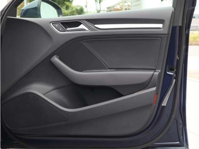 使用頻度が多い運転席側のドアパネル。目立つ傷や汚れ等は無く、きれいな状態を保っております。