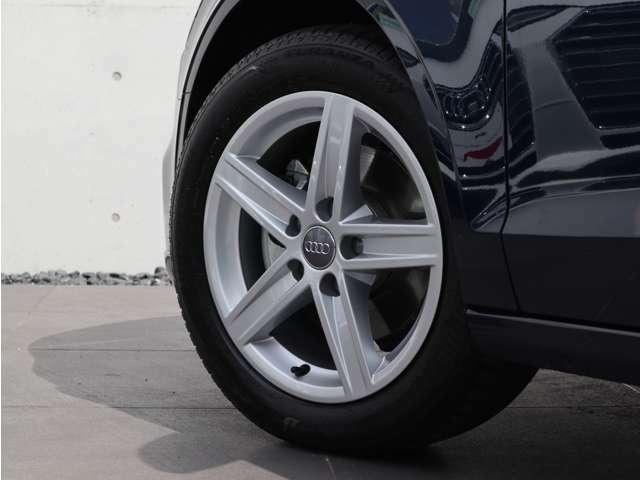 スポーティかつエレガントなデザインの5スポークスターデザイン 16インチアルミホイールが、この車の足元を引き締めます。