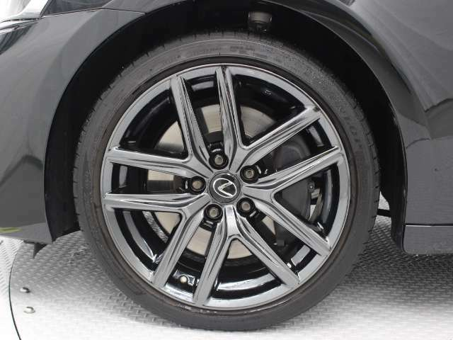 後輪にトラクションを高める幅広のリヤタイヤを装着。フロントタイヤサイズ225/40R18、リヤタイヤサイズ255/35R18です。