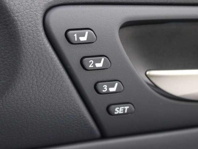 ポジションメモリー付シートです。シートやミラー、ステアリングの位置を記録しておくことが出来るのでご家族や複数の方で車を乗られる方には便利な機能です。