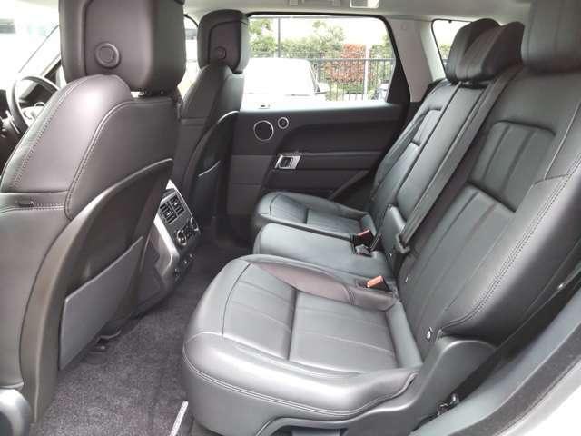後部座席も厚みのあるしっかりとした造り込みがなされ、長距離でも疲れにくくゆっくりくつろいでいただくことができます。