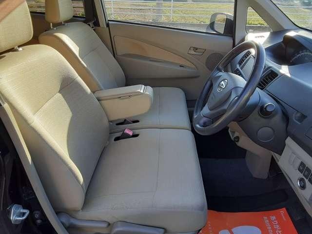 運転席、助手席も広々としています。運転も楽しくなります。