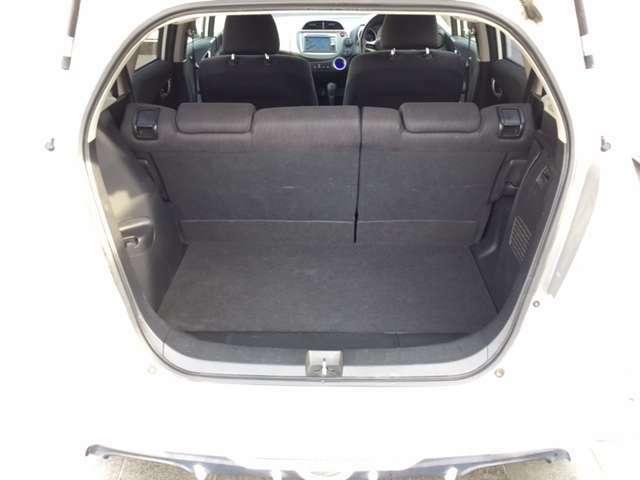 ちょっとした旅行の時でも余裕のカーゴスペース!後部座席めばさらに広いスペースが生まれます。