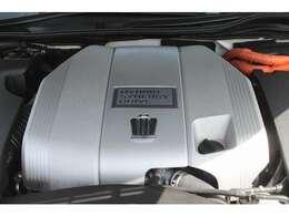 ハイブリッドエンジン、環境にもお財布にも優しいユニットです。