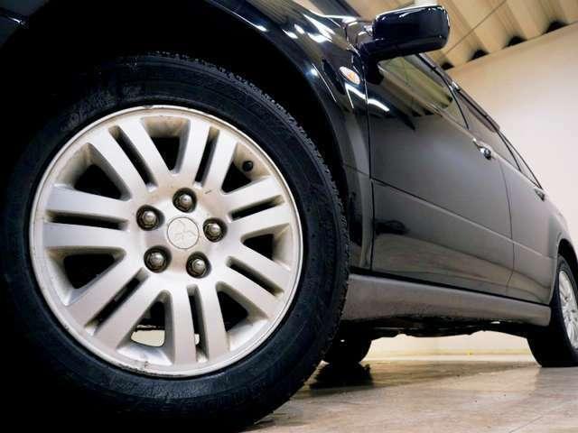 ホイルは16インチアルミホイルになります。タイヤは夏冬セットでお付けしますので、余計な出費もかさまず安心です。タイヤサイズ205-65-16。