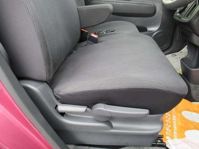 運転席のみシート高さ調整できます。