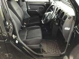 運転席シートの写真になります。目立つシミや汚れもなく状態良好です。