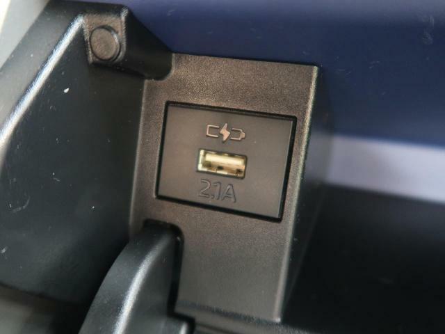 【USBポート】オプション装備のUSBポート付でスマートフォンの充電等に便利です!!