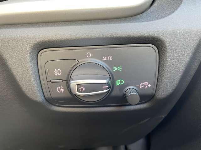 暗くなると自動でライトが点灯し、安全運転を手助け!
