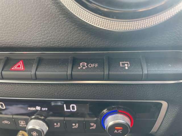 急なハンドル操作時や滑りやすい路面を走行時に横滑りを感知すると、自動的に車輌の進行方向を保つように制御する安心装備です。