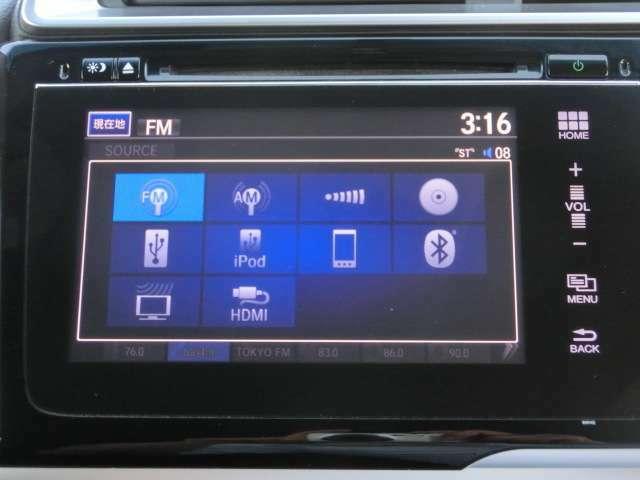 純正のナビゲーションを装着しています。タッチパネル式で操作も簡単。ラジオ、CD/DVD、TV、Bluetoothオーディオ等様々なソースに対応しています。