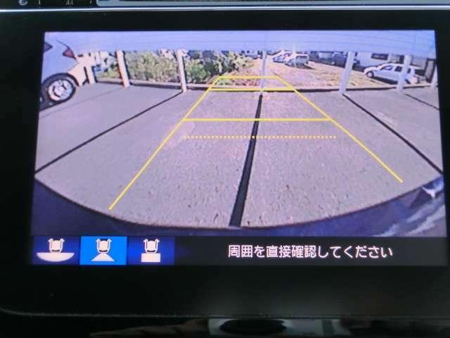 ギアをバックに入れればナビ画面に後方映像が映ります。ガイドラインも出るので駐車も安心。