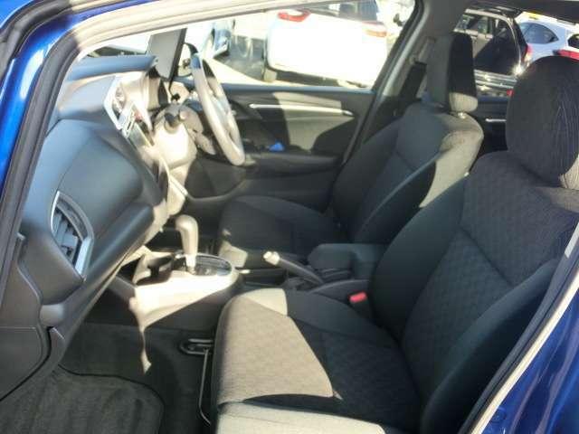 適度なホールド感があり乗車姿勢をサポートしてくれるフロントシート。