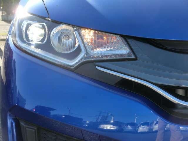 大光量で夜道や雨の日の安心感を高めるLEDヘッドライト。周囲の明るさに応じて自動点灯・消灯/ライトの消し忘れも防げるオートライトコントロール付