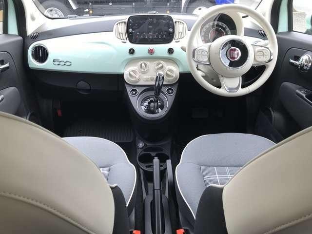 お馴染みのボディ同色が配されたインパネ!チェックのシートにアイボリーのハンドル、ボディ同色のインストルメントパネルなど車内は明るくポップな雰囲気に仕上がっています!