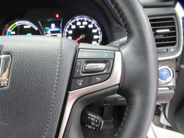 ステアリングのスイッチを使い、運転席前にあるマルチインフォメーションディスプレイで車両に関する様々な情報を表示したり設定したりすることができます。